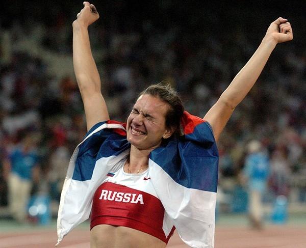 Свой первый мировой рекорд в 4,82 метра она установила в 2003 году на соревнованиях в Гейтсхеде (Англия).