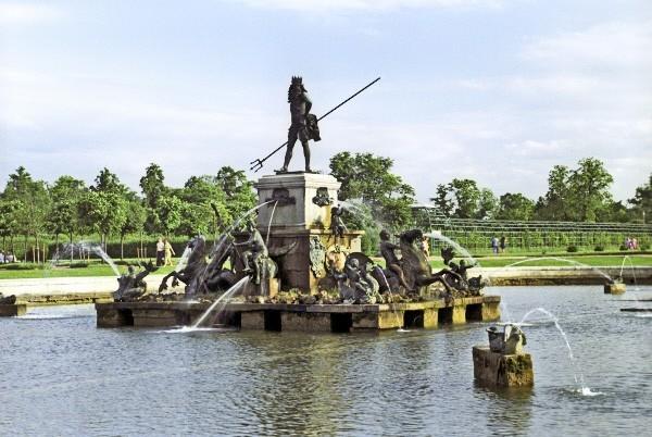Фонтан «Нептун» Центральный фонтан Верхнего сада. Позолоченная свинцовая скульптурная группа была установлена в 1737 году на пьедестале и сохранялась дольше всех украшений парка, но в определенный момент все равно пришла в ветхость, ее заменили бронзовым