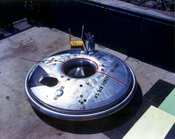 VZ-9-AV Avrocar — летательный аппарат вертикального взлёта и посадки разработки канадской компании Avro Aircraft Ltd..  12 ноября 1959 года совершил первый полёт. В 1961 году проект был закрыт, как официально заявлено в связи с невозможностью «тарелки» от