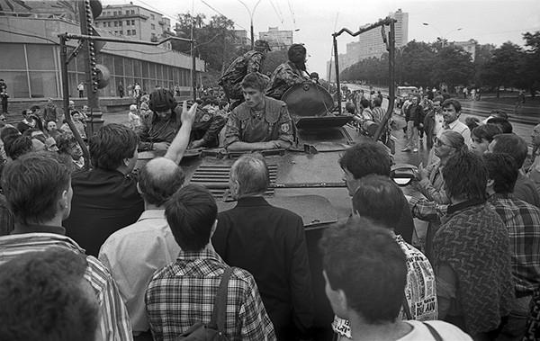 Толпа окружила БТР, пытаясь заблокировать дорогу 19 августа 1991 г. Военная техника вышла на улицы Москвы после того, как было объявлено, что президента Михаила Горбачёва сместили с поста, и на его место пришел Геннадий Янаев.