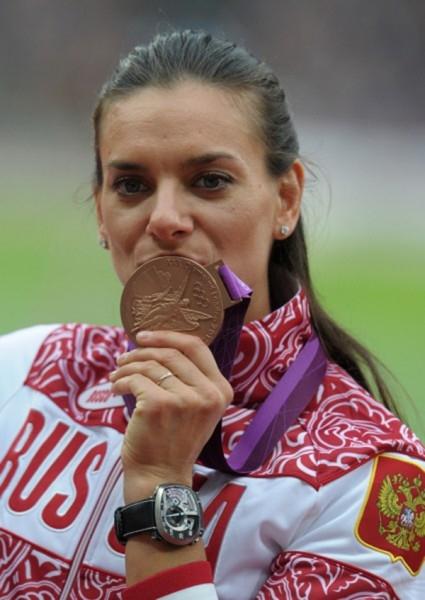 Россиянка Елена Исинбаева, завоевавшая бронзовую медаль в финальных соревнованиях по прыжкам с шестом на XXX летних Олимпийских играх в Лондоне, на церемонии награждения. 2012