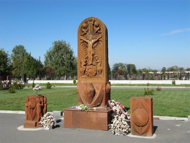 На кладбище «Город ангелов» есть еще один памятник погибшим заложникам. Он представляет собой хачкар – каменную стелу с резным изображением креста и был подарен детьми Армении. Этот мемориал также был установлен в 2005 году.