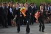 Школьники на линейке, посвященной началу нового учебного года, в гимназии города Омска.