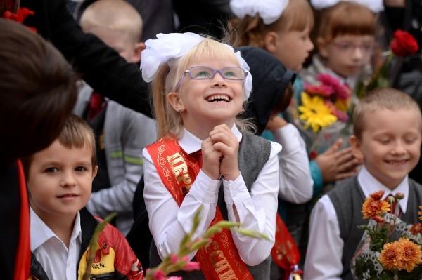 Первоклассники на торжественной линейке, посвященной началу нового учебного года, в одной из школ Новосибирска.