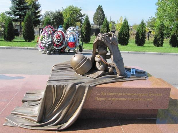 В Беслане на территории мемориального кладбища «Город ангелов» есть памятник и погибшим бойцам спецназа, которые освобождали из школы детей. Автором этого мемориала является Алан Калманов.