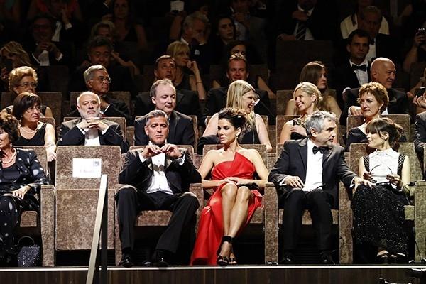 Впервые в истории старейший в мире киносмотр открылся демонстрацией фильма в формате 3D — это картина «Гравитация» с Джорджем Клуни и Сандрой Баллок.