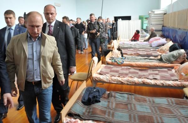 Президент РФ Владимир Путин в краевом Дворце культуры и спорта «Русь», где временно проживают пострадавшие от наводнения жители Хабаровска.