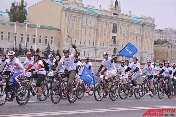 Колонна движется вдоль Москвы-реки в сопровождении полиции.