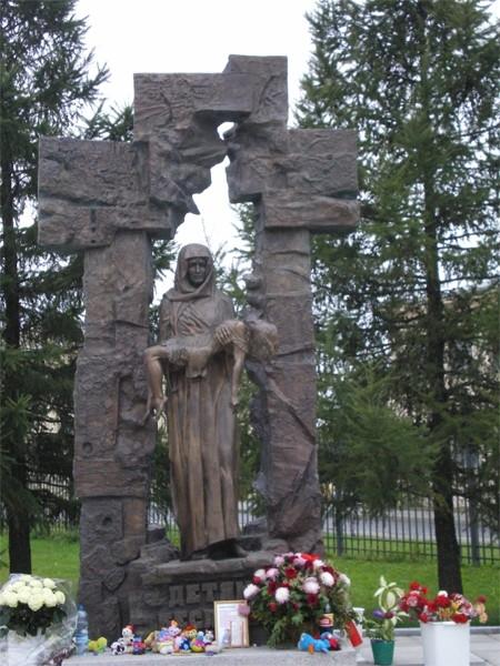 В Санкт-Петербурге в сквере храма Успения Пресвятой Богородицы находится монумент «Детям Беслана», созданный по проекту Виктора Шувалова и открытый в 2007 году. Памятник изображает скорбящую мать с погибшим ребенком на руках.