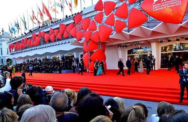 Старейший кинофестиваль мира открылся в Венеции поздно вечером в среду на острове Лидо