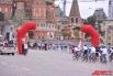 На Васильевском спуске велосипедистов бурно встречают друзья и родные.