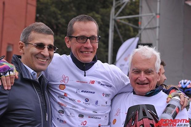 Ветеран благотворительного велозабега 76-летний англичанин Генри Томпсон фотографируются с друзьями на финише.