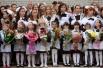 Школьники на торжественной линейке, посвященной началу нового учебного года, в гимназии города Казань.