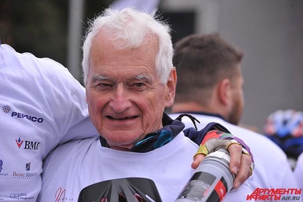 Томпсон в седьмой раз участвует в пробеге и помнит времена, когда среди участников были, в основном, иностранцы. «В Россию я приехал на прошлой неделе, заехал к друзьям в Воронеж. Потом сюда. Впервые я участвовал в велопробеге в 1998 году, и русских участ