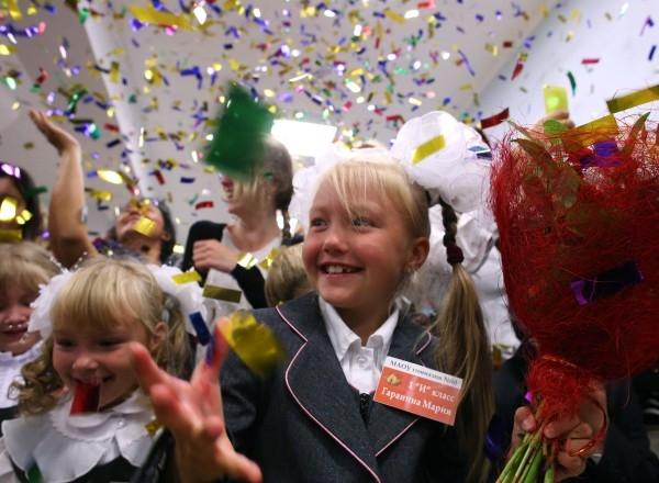 Первоклассники празднуют начало учебного года в гимназии Калининграда.
