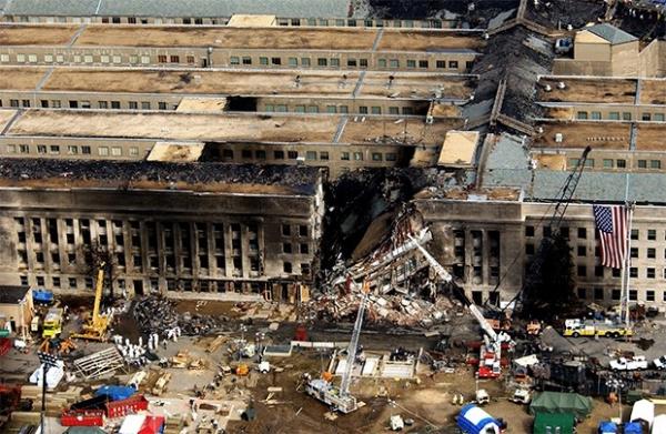 В 8 часов 46 минут самолёт рейса 11 врезается в северную башню Всемирного торгового центра, в 9 часов 3 минуты самолёт  рейса 175 врезается в южную башню ВТЦ. Люди, находящиеся на верхних этажах небоскрёба попадают в ловушку, около полутора сотен человек в отчаянии спрыгивают вниз из окон.