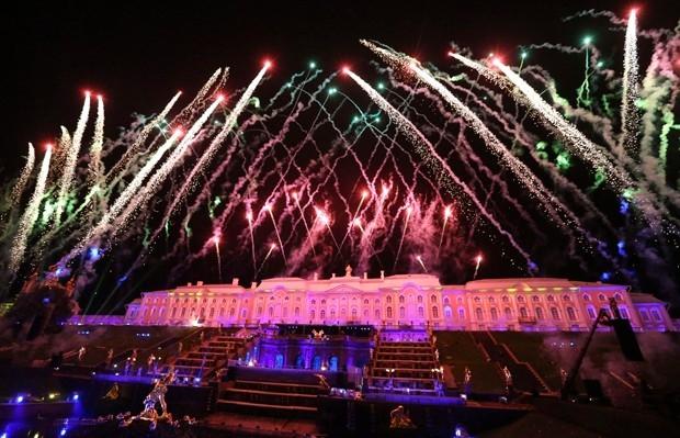 Завершилось представление фейерверком, после которого из знаменитого фонтана «Самсон» забила вода.