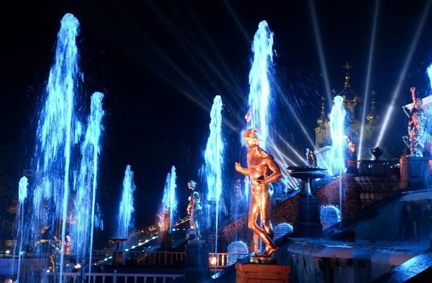 Много внимания также было уделено подсветке Большого каскада фонтанов, активно использовавшегося в рамках шоу.