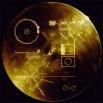 На борту «Вояджер-1» была закреплена золотая пластинка, на которой записаны аудио- и видеосигналы, а также изображены схема атома водорода и карта пульсаров, на которой отмечено положение Солнца. Эти данные было решено поместить на пластинку с тем, чтобы