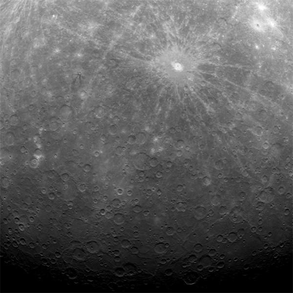 «Мессенджер» стал первым аппаратом, подобравшимся настолько близко к Меркурию, что был способен передать детальные снимки планеты.