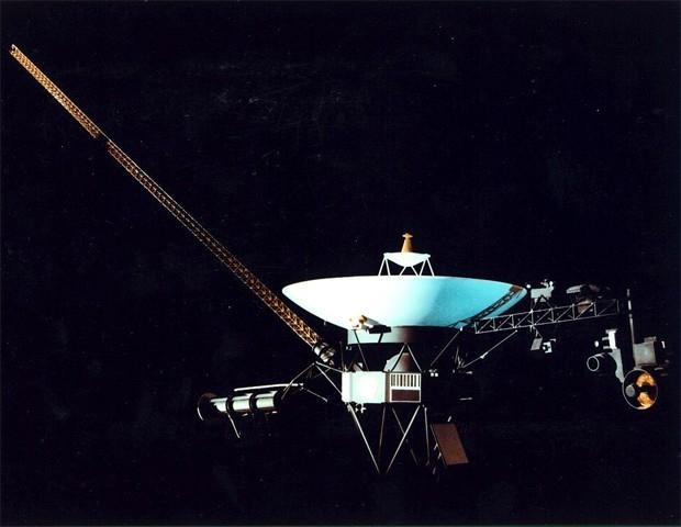 В рамках программы «Вояджер» также был запущен зонд «Вояджер-2». Это первый и пока единственный аппарат, достигший Урана и Нептуна. Аппарат продолжает движение со скоростью 15 км/с.