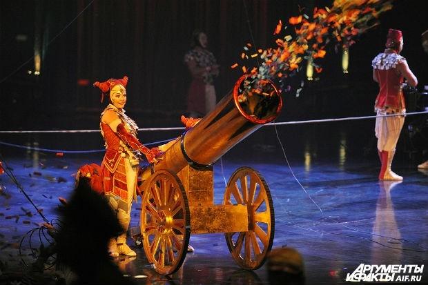 Каждое представление Цирка дю Солей является уникальным произведением, где утонченный артистизм сочетается с яркими декорациями и костюмами.