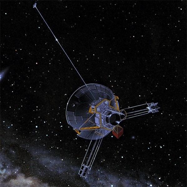 Среди межпланетных миссий, запущенных для изучения планет Солнечной системы, первым успешным проектом стал «Пионер-11», стартовавший на четыре года раньше «Вояджер-1». В задачи «Пионер-11» входило изучение тех же Сатурна и Юпитера, однако подобраться дост