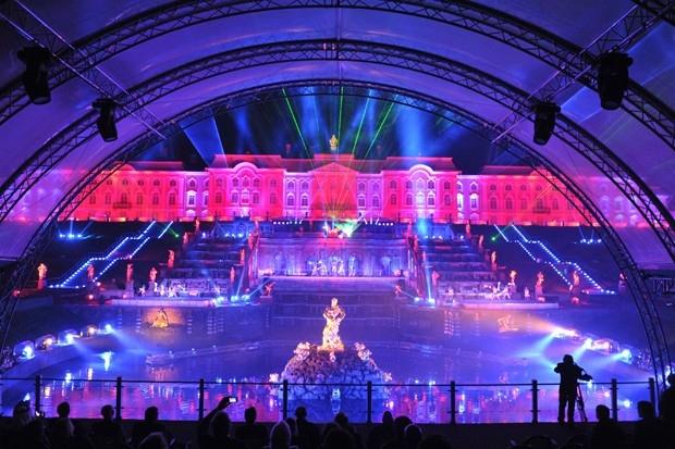 Однако гвоздём программы стало лазерное шоу, вписанное в архитектурный ансамбль Петергофа.