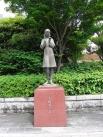 Памятник Садако Сасаки, установленный в Нака, центральном районе Хиросимы. Скульптура изображает японскую девочку, которая в двухлетнем возрасте оказалась в полутора метрах от эпицентра взрыва во время атомной атаки на Хиросиму. Девочка выжила, однако спу