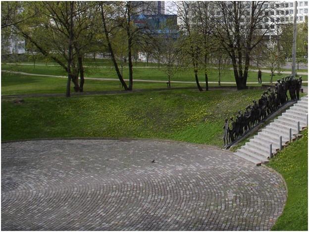 На улице Мельникайте в Минске, на том месте, где в начале марта 1942 года фашистами были расстреляны около пяти тысяч узников минского гетто, расположен мемориал «Яма». Изначально, в 1947 году, был установлен лишь обелиск с текстом в честь жертв фашизма,