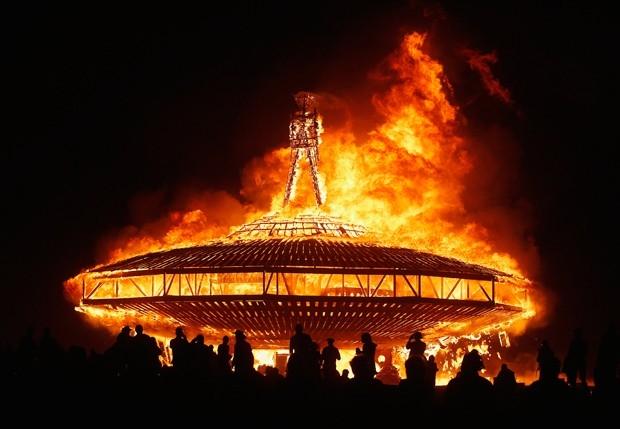 В последнюю ночь фестиваля происходит ритуальное сожжение гигантской статуи человека - Burning Man.