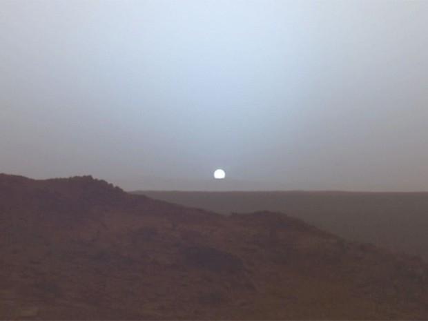 Фотография заката с поверхности Марса. Изображение было передано ровером «Спирит» в мае 2005 года.