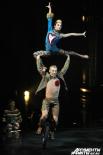 Этим шоу Цирк дю Солей возвращается к истокам циркового искусства, основополагающими дисциплинами которого с древних времен являются акробатика и клоунада.