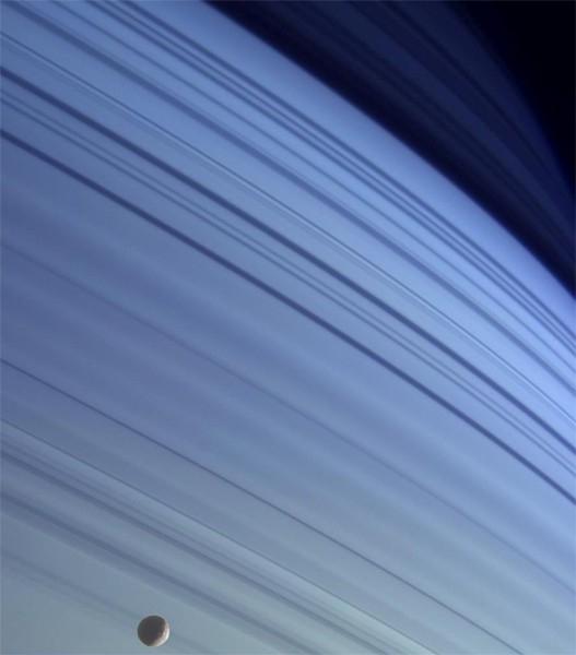 Благодаря высокочувствительной фототехнике на борту «Кассини», станция способна передавать намного более подробные фотографии, чем аппараты его класса. На фотографии изображен спутник Мимас на фоне колец Сатурна.