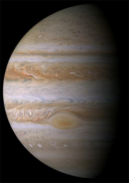 Аппарат «Кассини» также известен тем, что передал на Землю множество детальных и красочных фотографий объектов Солнечной системы в самых разных условиях. Эта фотография Юпитера позволила ученым совершить в прорыв в изучении атмосферы Юпитера.