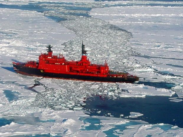 Атомный ледокол «Ямал» был изготовлен на Балтийском заводе в Санкт-Петербурге и спущен на воду в октябре 1992 года. В 2000 году «Ямал» совершил экспедицию к Северному полюсу для встречи третьего тысячелетия и стал двенадцатым кораблём, достигишим этой точ