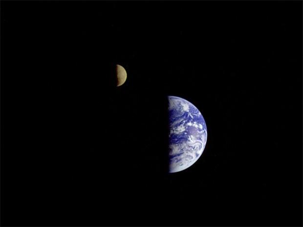 Аппарат «Вояджер-1» прислал на Землю первое изображение нашей планеты вместе с Луной. Эта фотография была сделана 18 сентября 1977 года, менее чем через две недели после запуска.