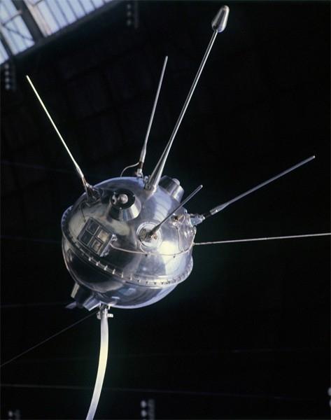 Запущенная в 1959 году межпланетная станция «Луна-1» стала первым в мире космическим аппаратом, достигшим второй космической скорости, однако выполнить свою задачу - изучение Луны - ему не удалось. Тем не менее, аппарату «Луна-1» удалось зарегистрировать