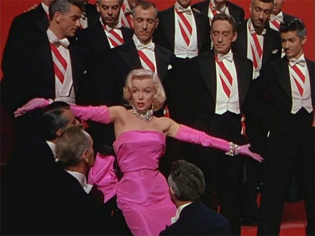 В комедии «Джентльмены предпочитают блондинок» Мэрилин Монро предстала в розовом сатиновом платье. Её образ Лорели Ли стал одной из икон моды того времени, а розовое платье было продано за $319 тысяч, хотя ожидаемая стоимость лота составляла $150-250 тыся