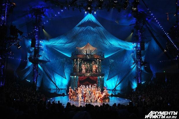 В рамках шоу Kooza Цирк дю Солей представляет в России историю о Простаке, меланхоличном одиночке, пытающемся найти своё место в мире.