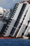 После нескольких часов работы инженеры заявили, что лайнер сняли с рифов, однако им ещё предстоит вернуть корабль в вертикальное положение - данная фаза может занять до пяти-шести часов работы.