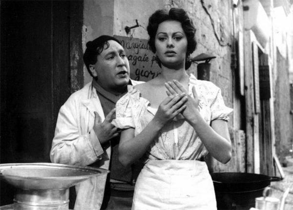 Кинокарьера Софи Лорен началась с непримечательных, но провокационных второсортных фильмов, но в 1954 году актриса получила роль в одной из новелл трагикомедии Витторио Де Сика «Золото Неаполя». Этот фильм попал в конкурсную программу Каннского кинофестиваля.
