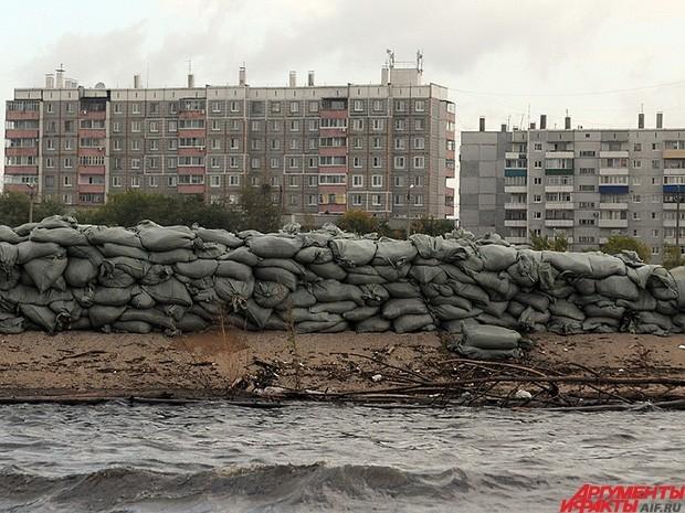 В районе затопления возведены дамбы, чтобы сдержать воду перед жилыми кварталами.