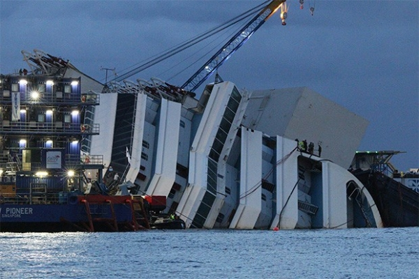 Первые заметные результаты работы были заметны уже через два с половиной часа после начала работ - корпус лайнера начал менять угол наклона и постепенно приподниматься над поверхностью воды.