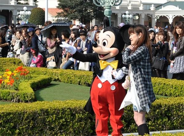 В конце концов, Микки Маус стал персонажем нескольких десятков видеоигр, продажи игрушек, аксессуаров и одежды с изображением мышонка продолжают приносить Walt Disney Studios существенный доход, а сам мышонок стал символом современной поп-культуры.