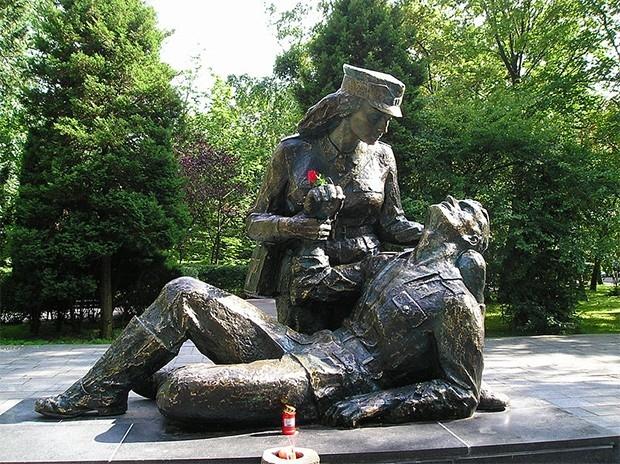 В городе Колобжег в Польше по проекту скульптора Адольфа Когела установлен бронзовый памятник санитарке. Монумент был открыт в июле 1980 года в честь медработниц Второй мировой войны. Прототипом послужила Эвелина Новак, погибшая в боях за Колобжег в марте