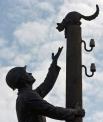 В сквере у политехнического колледжа Новгородского государственного университета установлена композиция «Глаза в глаза». Монумент изображает монтёра, снимающего со столба кошку, и призван напомнить людям о том, что наши меньшие братья нуждаются в нашей по