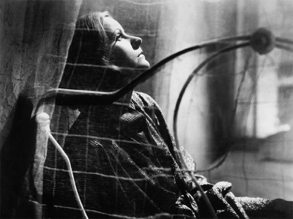 Одной из самых ярких картин в фильмографии Греты Гарбо стала картина «Разрисованная вуаль», снятая по роману «Узорный покров» Сомерсета Моэма. В этом фильме затрагиваются темы противопоставления личной жизни и амбиций отдельных людей.