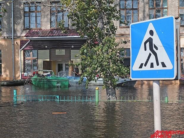 Жители города вынуждены использовать лодки для перемещения по местности.