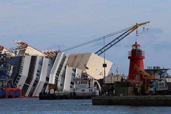 Инженеры пытаются поднять лайнер при помощи воздушных подушек - в первой фазе проекта планируется вернуть корабль в вертикальное положение.